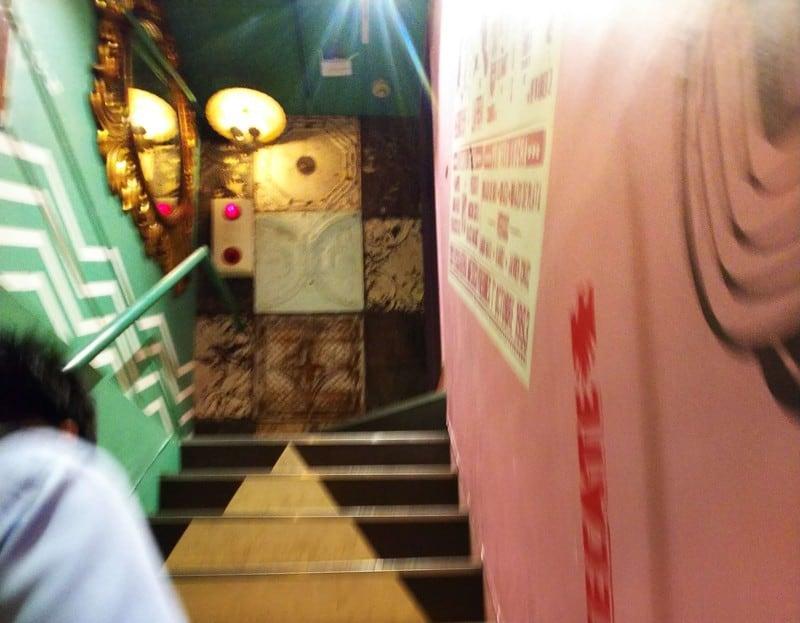 スイッチバー阪急駅前店を入ったところにある階段の写真