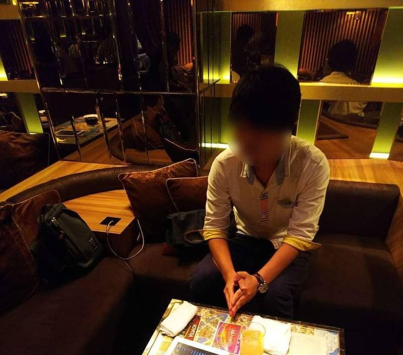 相席を待つ男性の写真