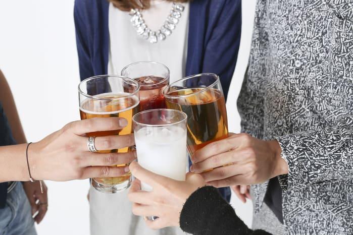 乾杯をしている男女の画像